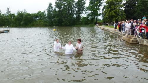 Annett wird im Grossen Teich getauft